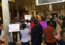 Angry Zimbabweans Protesting that VP Mphoko MUST LEAVE THE HOTEL - WATCH VIDEO